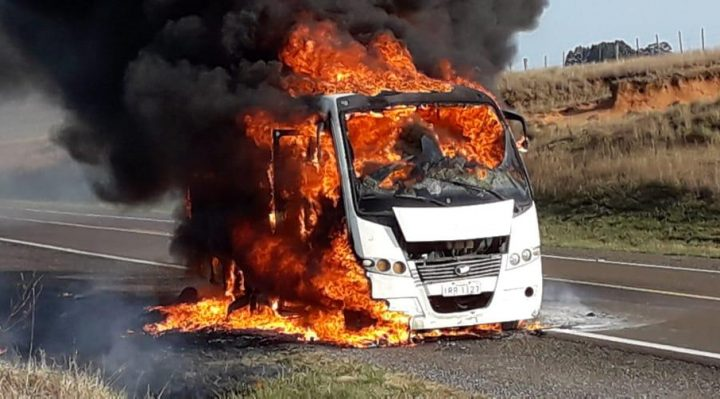 Resultado de imagem para micro onibus pega fogo de alegrete